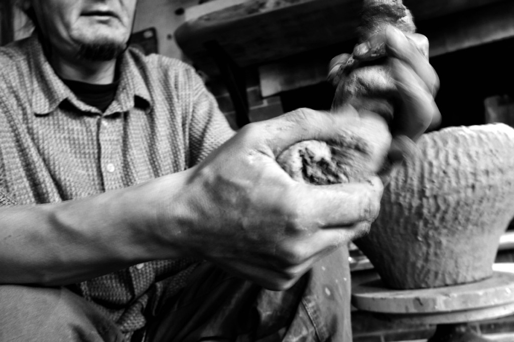 Работа с керамикой в мастерской иконописца Максима Шешукова © Олег Климов